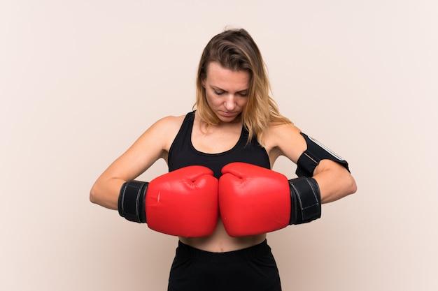 Junge sportfrau über getrennter wand