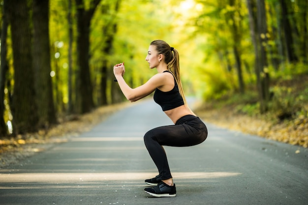 Junge sportfrauenläufer wärmen sich im freien auf