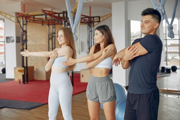 Junge sportler, die in einer morgenturnhalle ausbilden