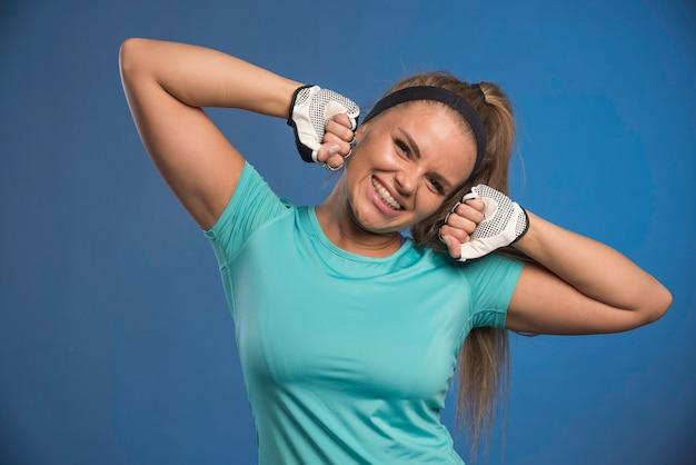 Junge sportliche frau, die fäuste hält und spaß hat.