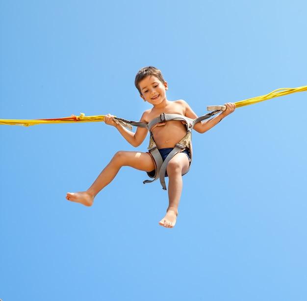 Junge springt auf trampolin