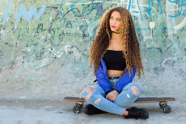 Junge städtische schlittschuhläuferfrau