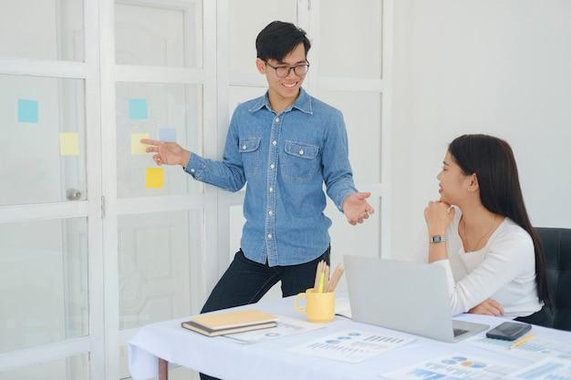 Junge startup-geschäftsleute arbeiten brainstorming-treffen zusammen, um die neue projektinvestition zu besprechen.