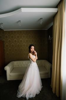 Junge stilvolle asiatische frau im weißen kleid, vintage-stil, natürlich, unschuldig, lächelnd im hotel?
