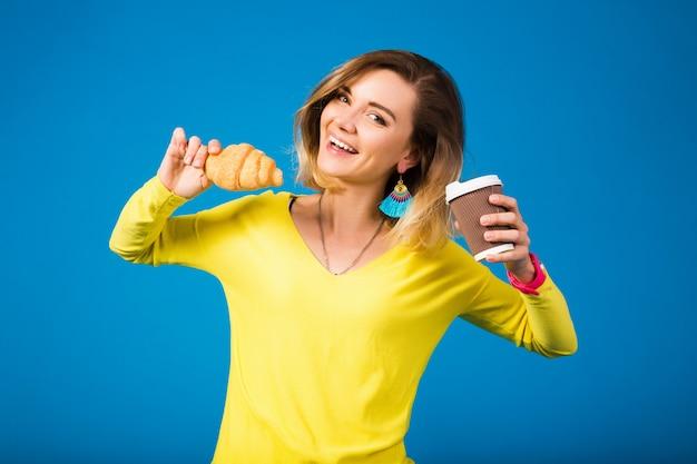 Junge stilvolle attraktive frau in der gelben bluse auf blau