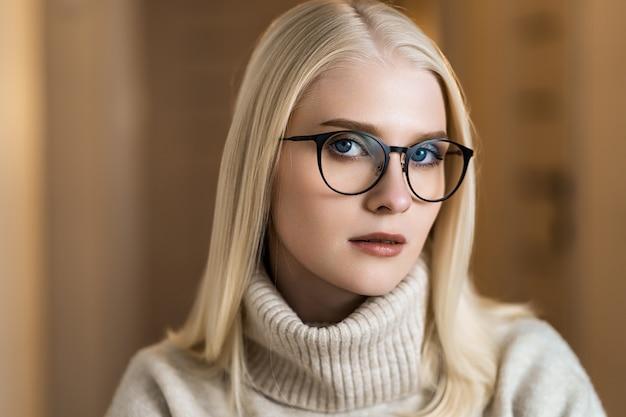 Junge stilvolle frau, die brille trägt