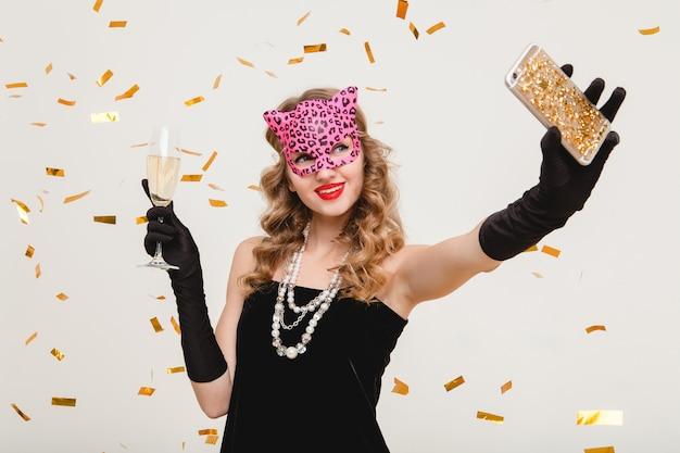 Junge stilvolle frau, die champagner trinkt und selbstfoto macht