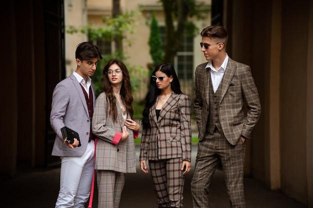 Junge stilvolle studentin in der gruppe im freien