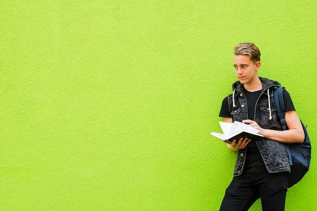 Junge student auf grün