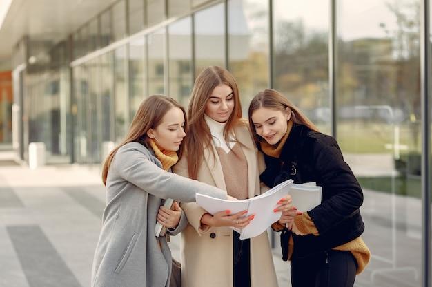 Junge studenten auf einem studentencampus, der mit einem dokument steht