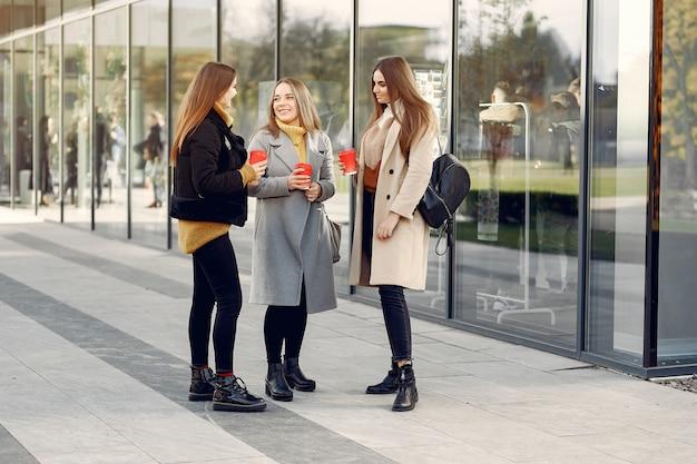 Junge studenten auf einem studentencampus, der mit einem kaffee steht