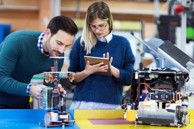 Junge studenten der robotik arbeiten gemeinsam an einem projekt