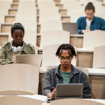 Junge studenten, die eine universitätsklasse besuchen