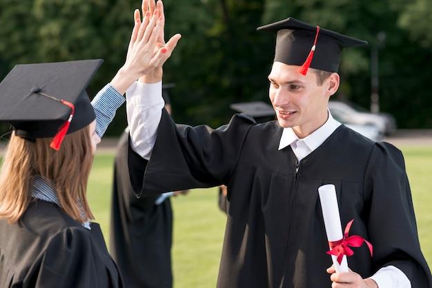 Junge studenten, die ihren abschluss feiern