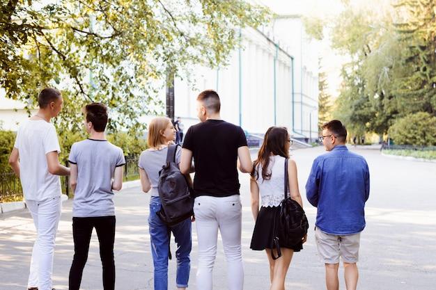 Junge studenten mit brennendem wunsch, früh morgens gemeinsam zur universität zu gehen