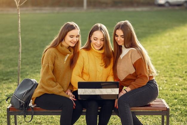 Junge studenten sitzen auf dem campus eines studenten