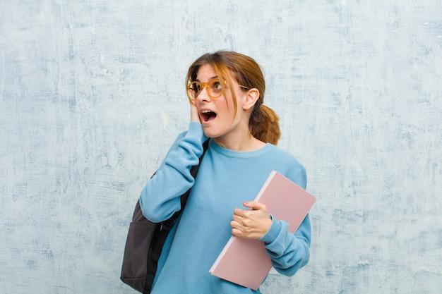 Junge studentenfrau, die glücklich sich fühlt