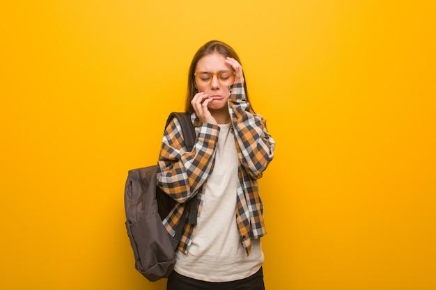 Junge studentenfrau hoffnungslos und traurig