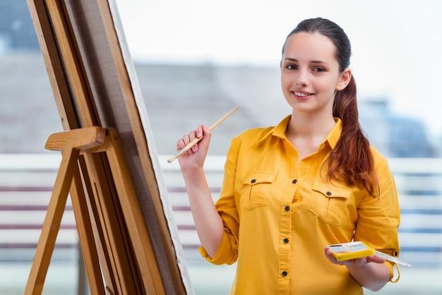 Junge studentenkünstler-zeichnungsbilder im studio