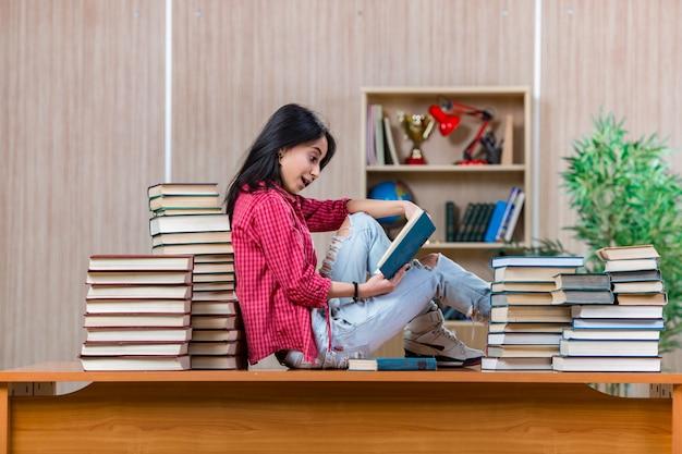 Junge studentin, die für collegeschulprüfungen sich vorbereitet