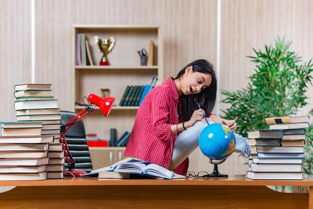 Junge studentin, die für hochschulprüfungen sich vorbereitet