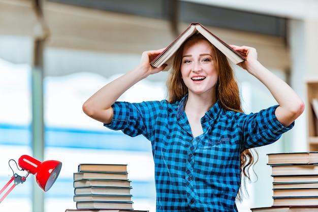 Junge studentin, die für prüfungen sich vorbereitet