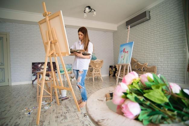 Junge studentin, die klassen im kunststudio hat und lernt, wie man blumen zeichnet
