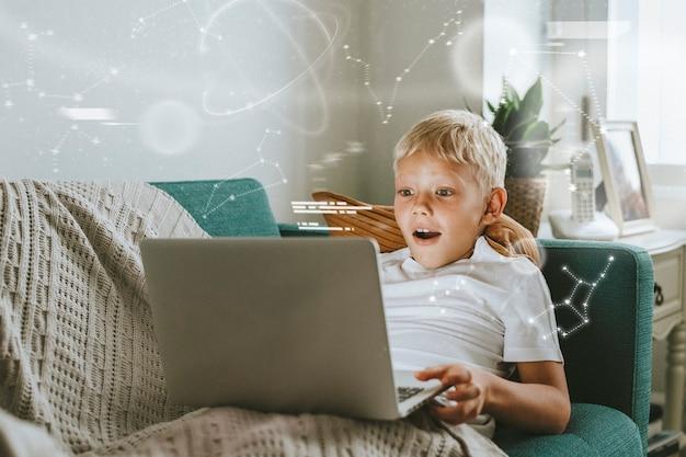 Junge studentin, die während des neuen normalen digitalen remixes online über einen laptop lernt