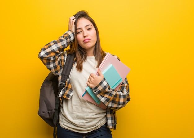 Junge studentin frau ti und sehr schläfrig
