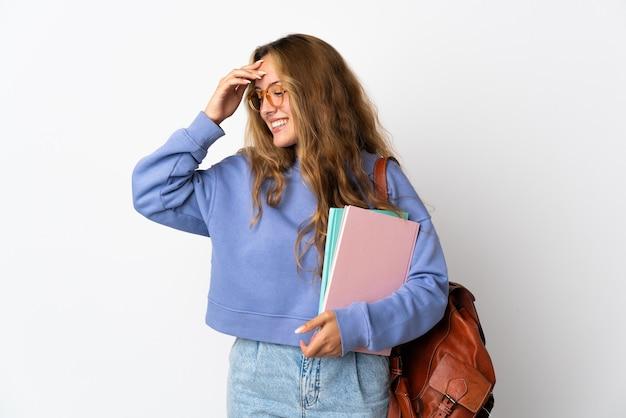 Junge studentin lokalisiert auf weißem hintergrund lachend
