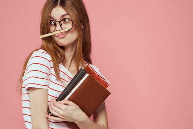 Junge studentin mit notizbüchern