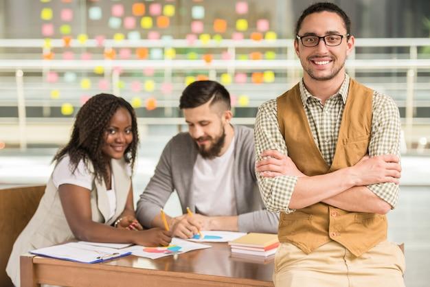 Junge talentierte kollegen suchen beim treffen nach neuen ideen.
