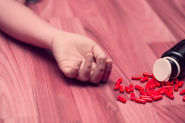 Junge teenager-frau nimmt viele überdosierungen von medikamenten für selbstmord aus dem konzept der depressionskrankheit.