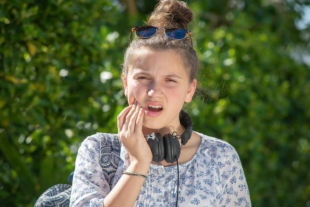 Junge teenager-mädchen hat zahnschmerzen