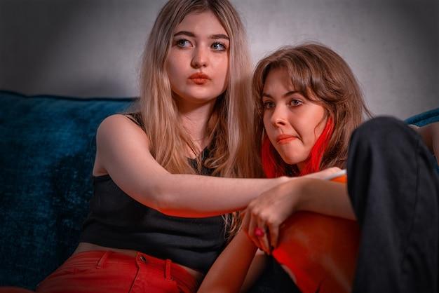 Junge teenager-mädchen vor dem fernseher mit ihrer mutter