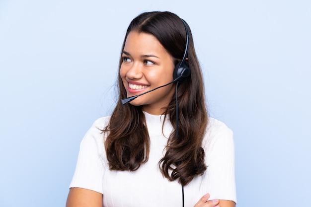 Junge telemarketerfrau, die zur seite schaut