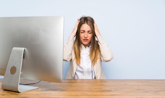Junge telemarketerfrau mit überraschungsgesichtsausdruck