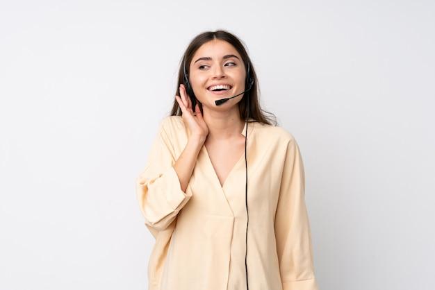 Junge telemarketerfrau über getrenntem hören etwas