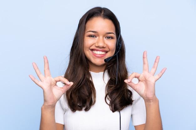 Junge telemarketerfrau über getrennter wand