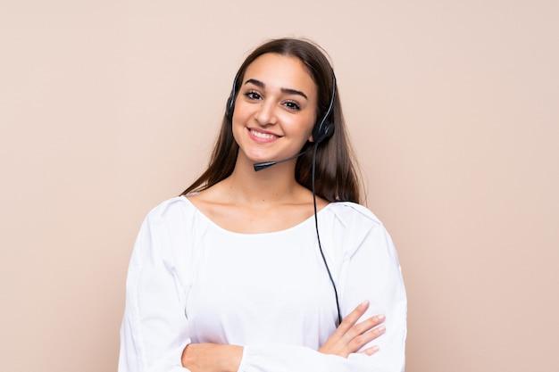 Junge telemarketerfrau über lokalisiertem hintergrund viel lächelnd