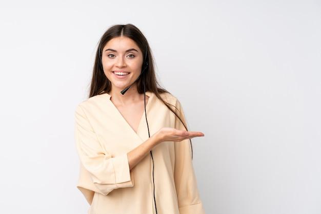Junge telemarketerfrau über lokalisierten ausdehnungshänden zur seite für die einladung zu kommen
