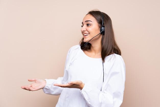 Junge telemarketerfrau vorbei lokalisiert mit überraschungsgesichtsausdruck