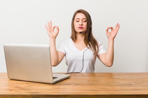 Junge telemarketerin entspannt sich nach hartem arbeitstag