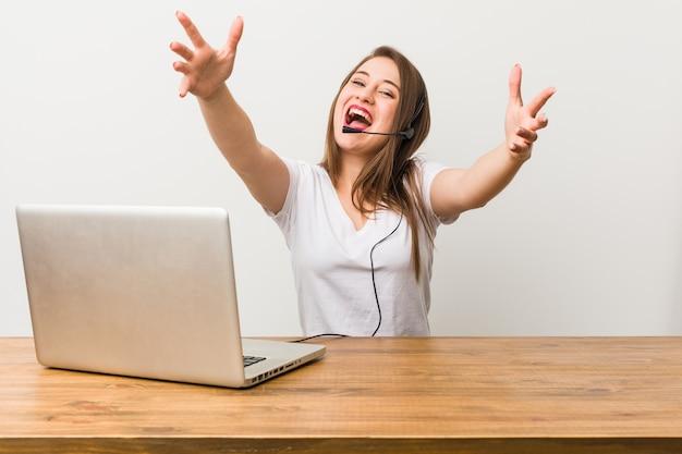Junge telemarketerin fühlt sich zuversichtlich, eine umarmung zu geben