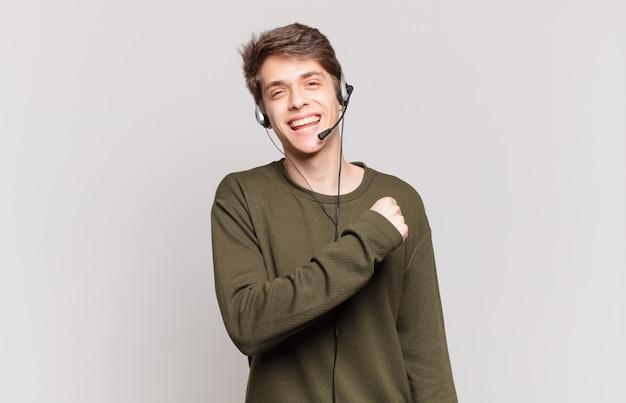 Junge telemarketing-mitarbeiter fühlen sich glücklich, positiv und erfolgreich, sind motiviert, wenn sie sich einer herausforderung stellen oder gute ergebnisse feiern