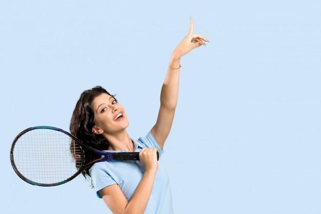 Junge tennisspielerfrau, die oben eine großartige idee zeigt