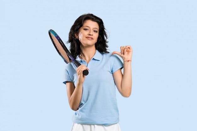 Junge tennisspielerfrau stolz und selbstzufrieden