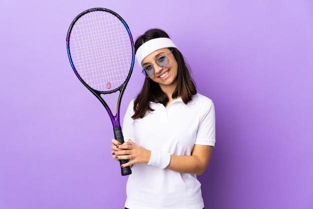 Junge tennisspielerin über isoliert hält handfläche zusammen. person fragt nach etwas