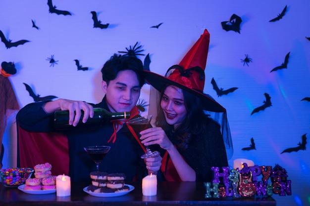 Junge thailänder in kostümen, die halloween feiern.