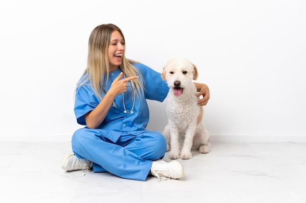 Junge tierarztfrau mit hund